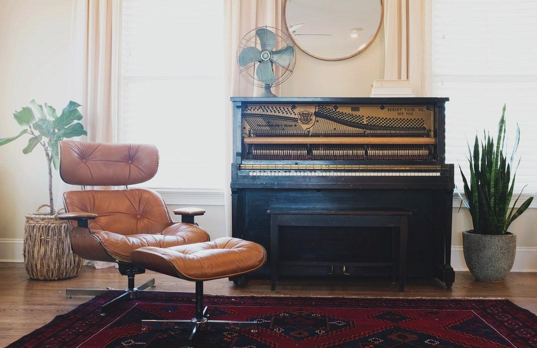 Старая мебель требует для своего хранения большое пространство