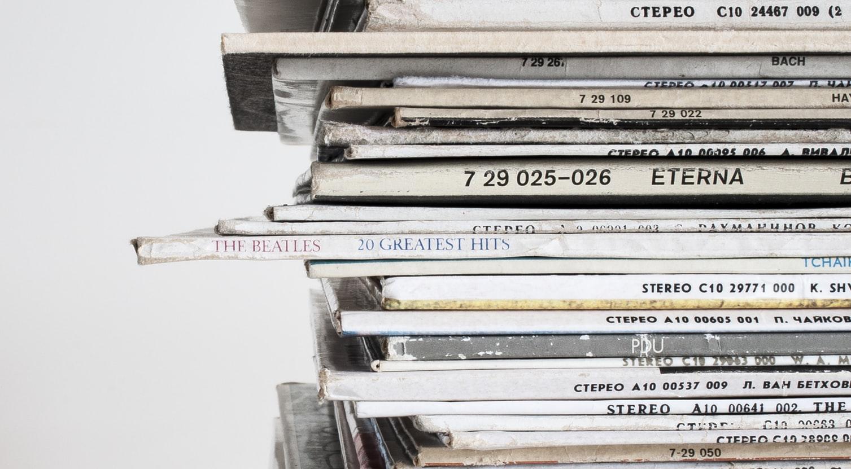 Стопки старых журналов
