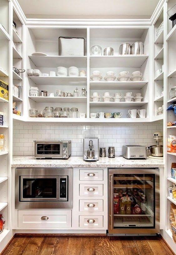 Глубокие полки и шкафы на кухне