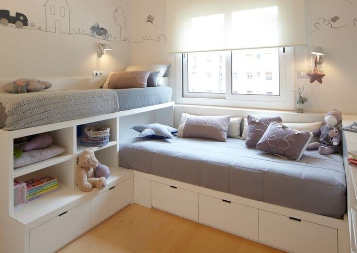 Функциональная кровать, оборудованная для хранения детских вещей