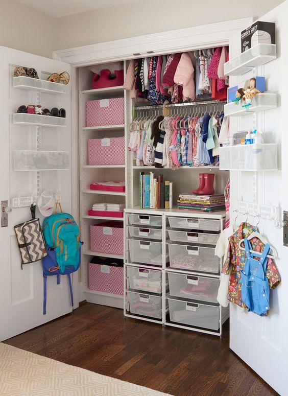 Грамотно организованная зона хранения вещей в детской комнате