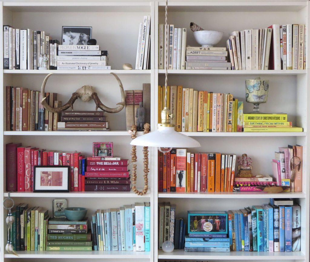 Хранение книг на стеллажах с делением по цвету