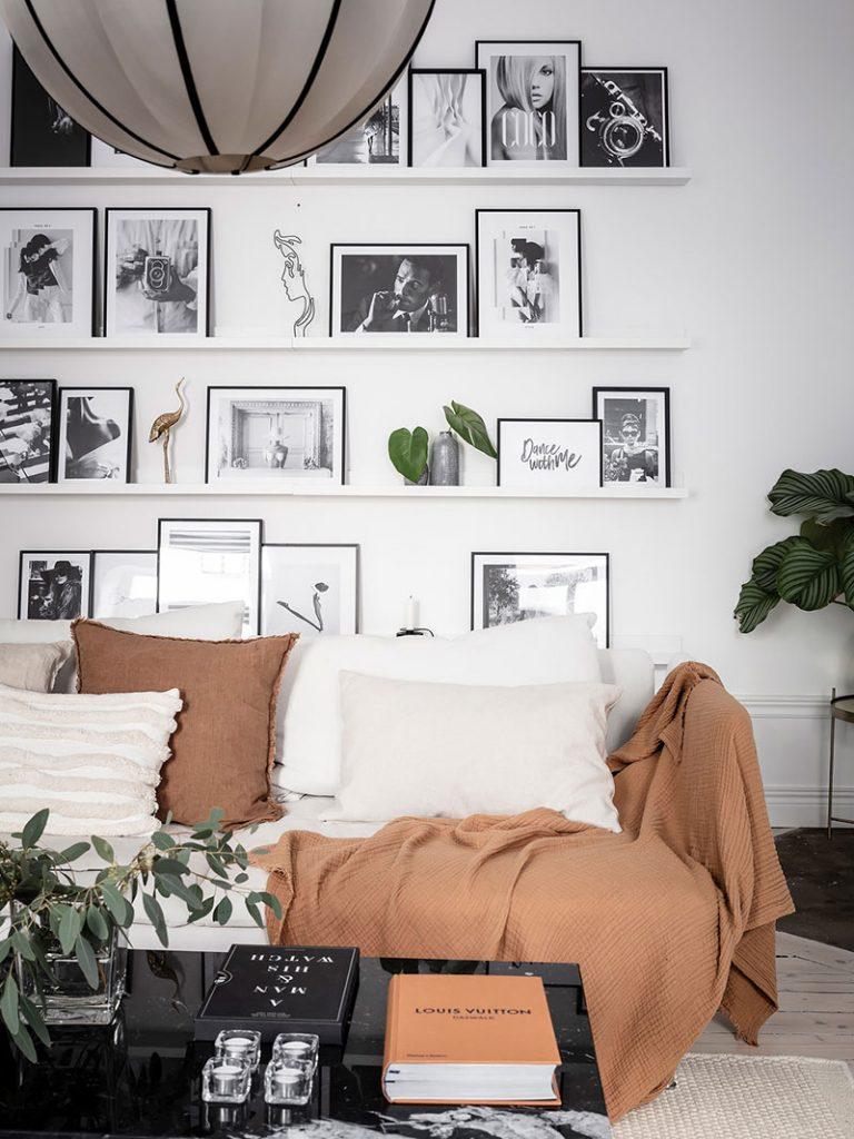 Использование узких полок для хранения картин, постеров и фото