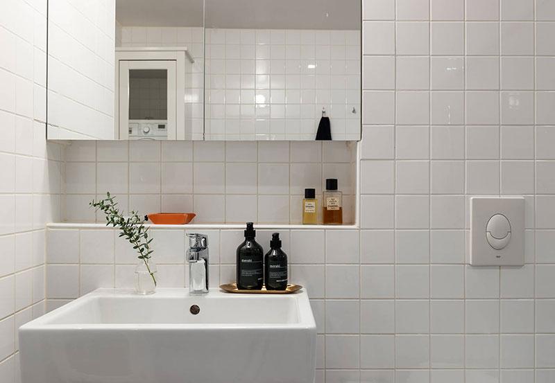 Ниша под шкафчиком в ванной