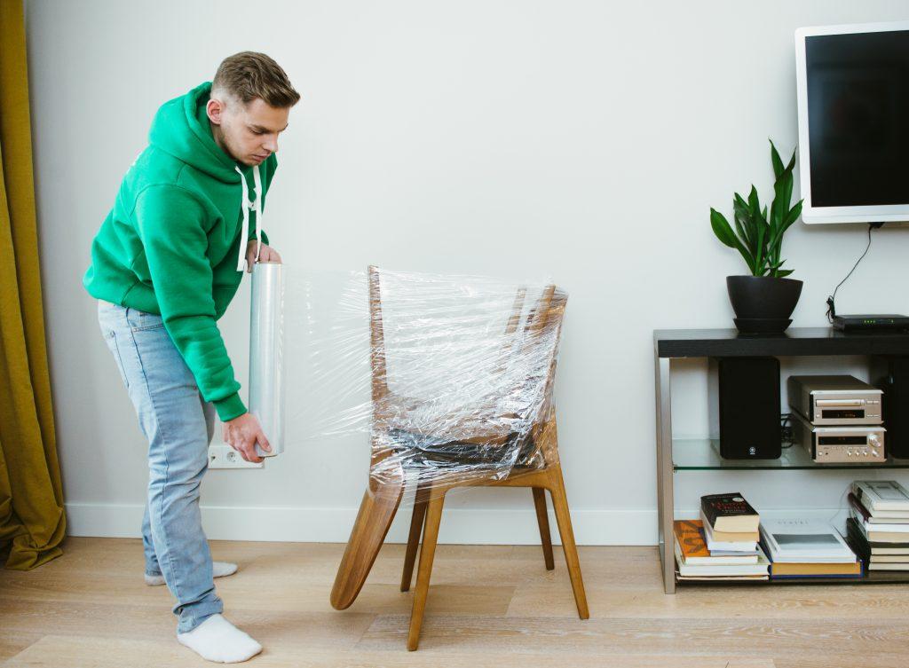 Компактная упаковка стульев для переезда