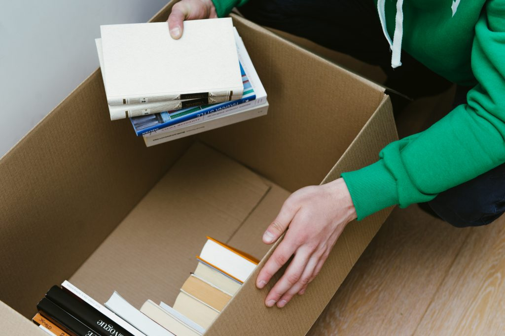 Укладка книг в коробку для переезда