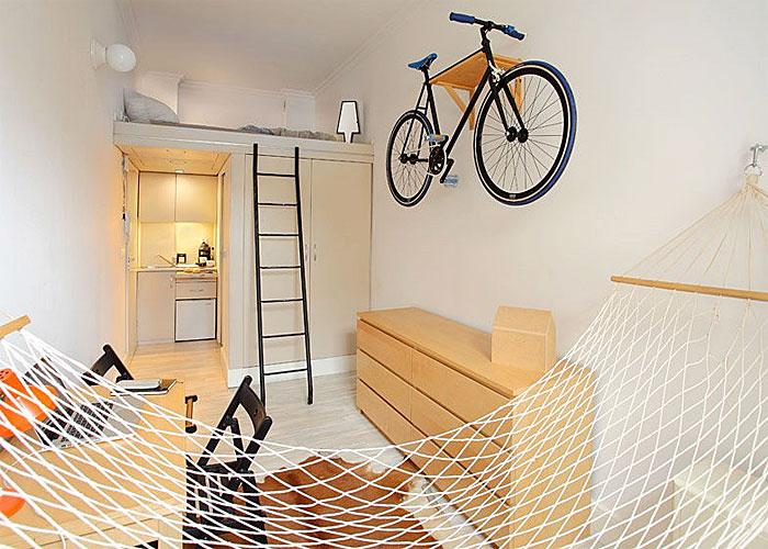 Велосипед, весящий на стене