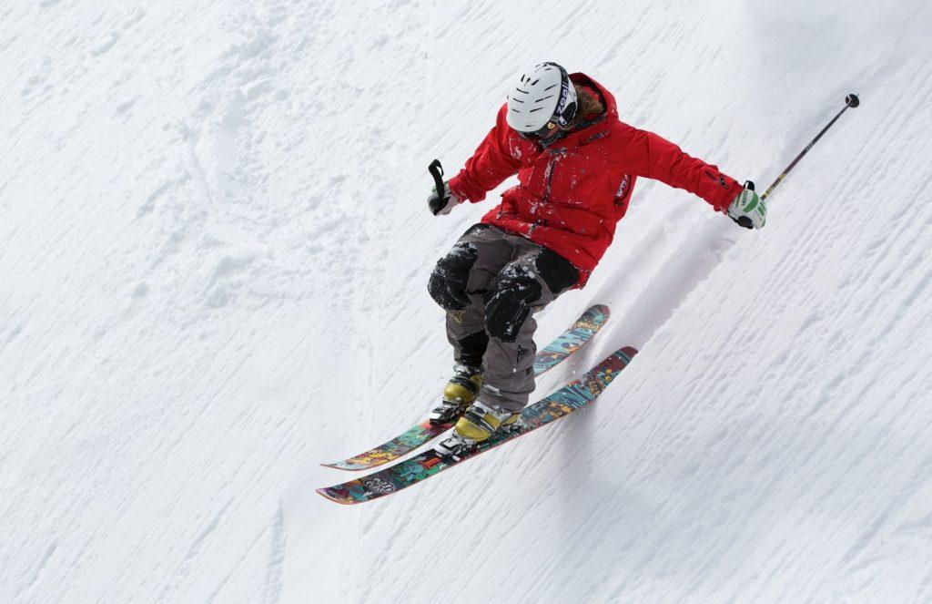Спуск на лыжах по снежному склону