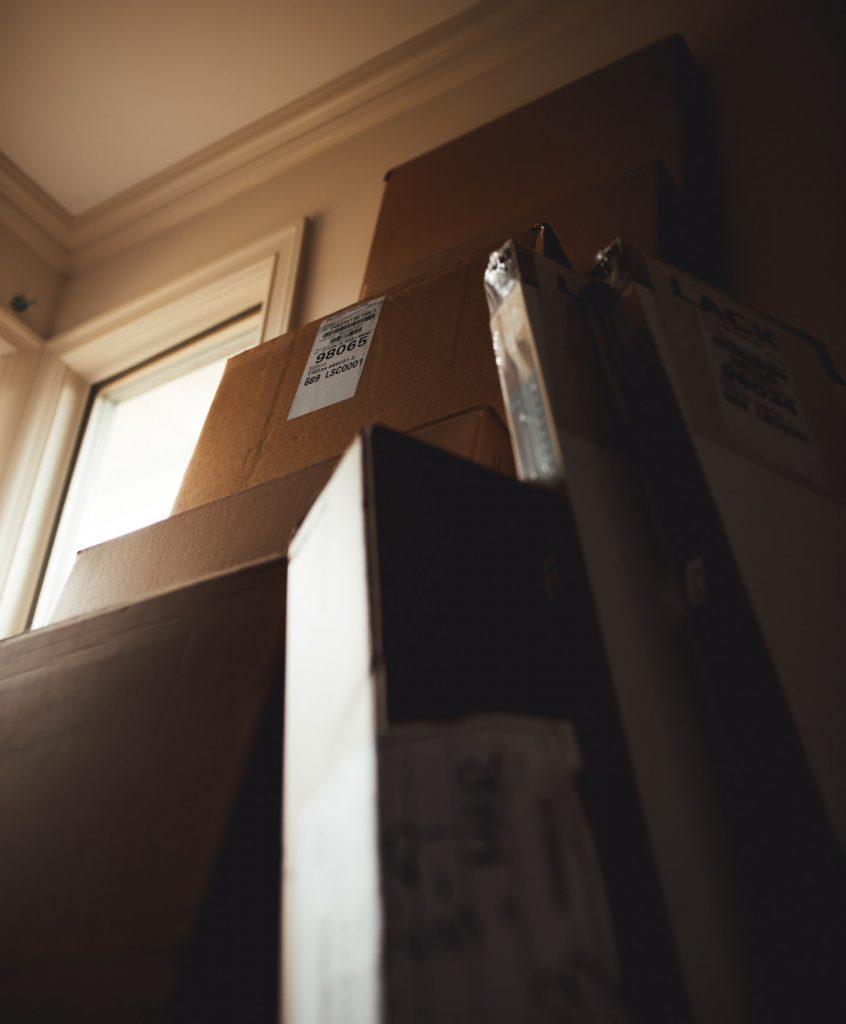 Упакованная офисная мебель