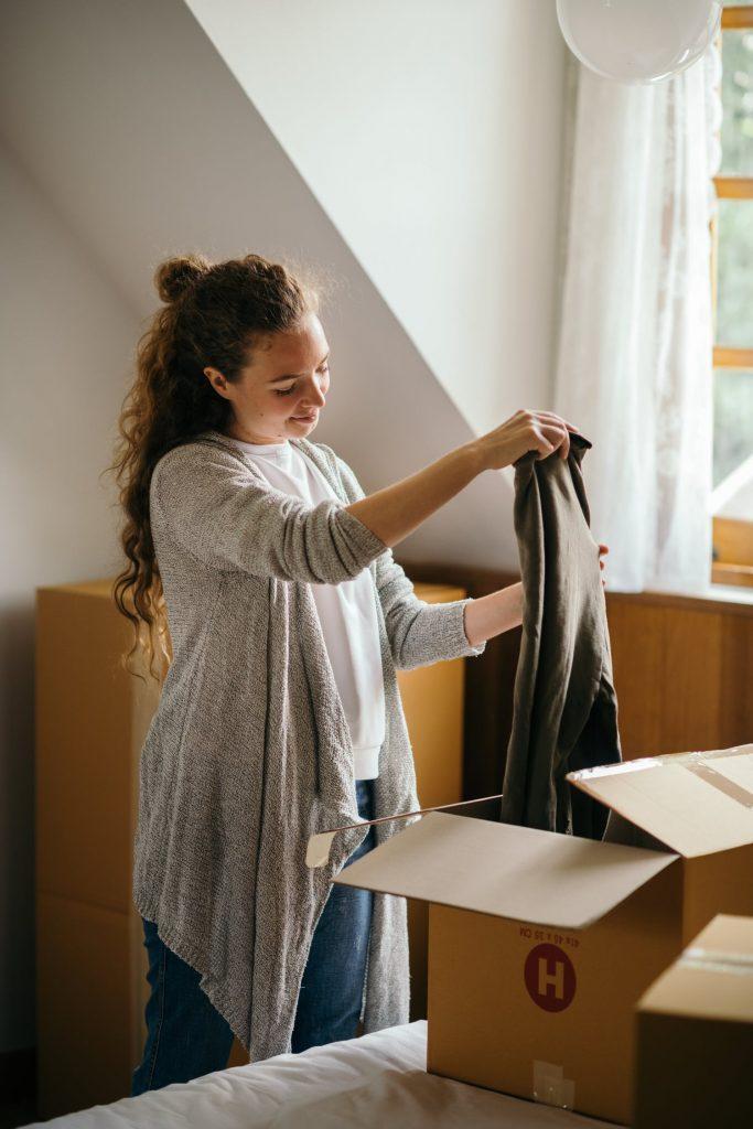 Сортировка и упаковка одежды в коробки