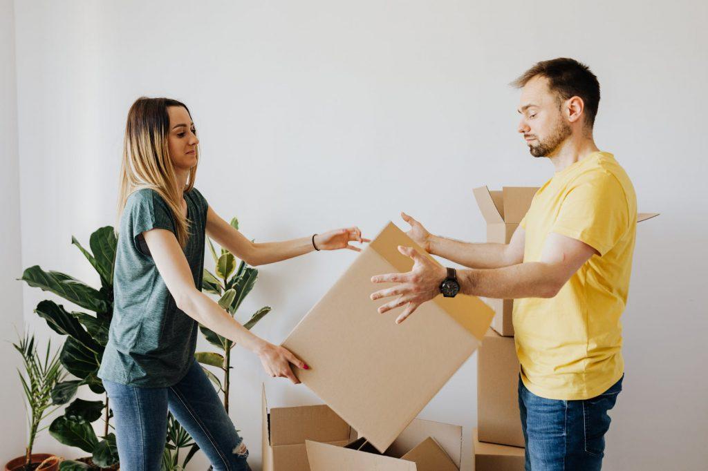 Упаковка вещей в коробки для переезда
