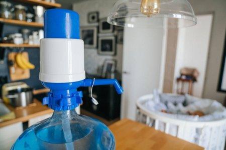 Помпа и вода в большой бутыли