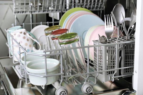 Посуда после мойки в посудомоечной машине