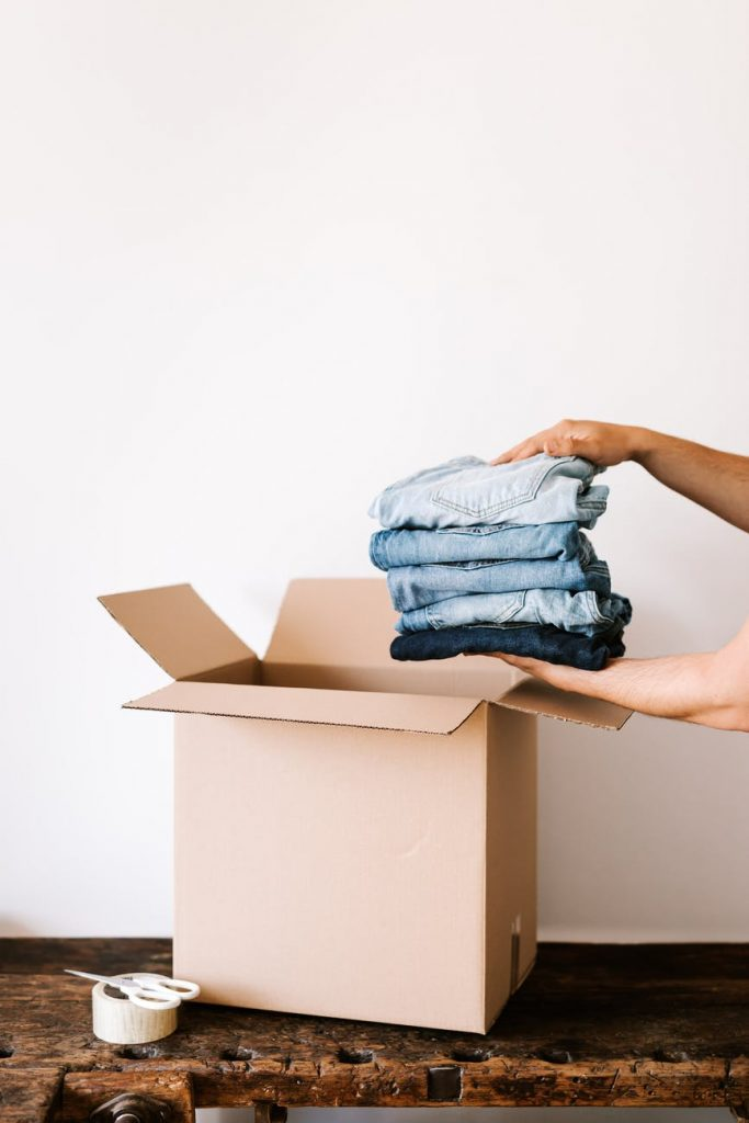 Упаковка одежды в коробки