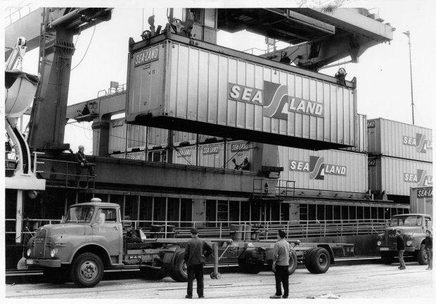 Погрузка морских контейнеров в порту