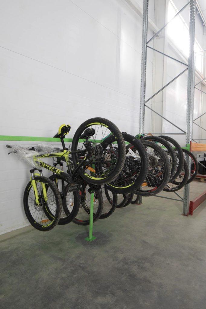 Специальные крепления для хранения велосипедов на складе Чердака