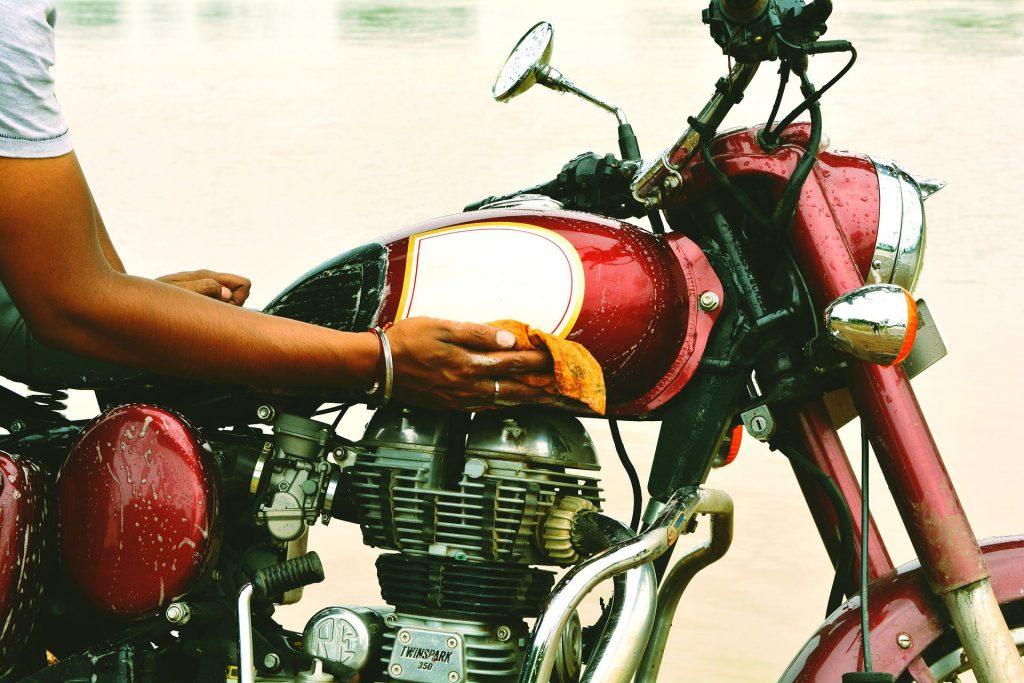 Тщательная мойка мотоцикла
