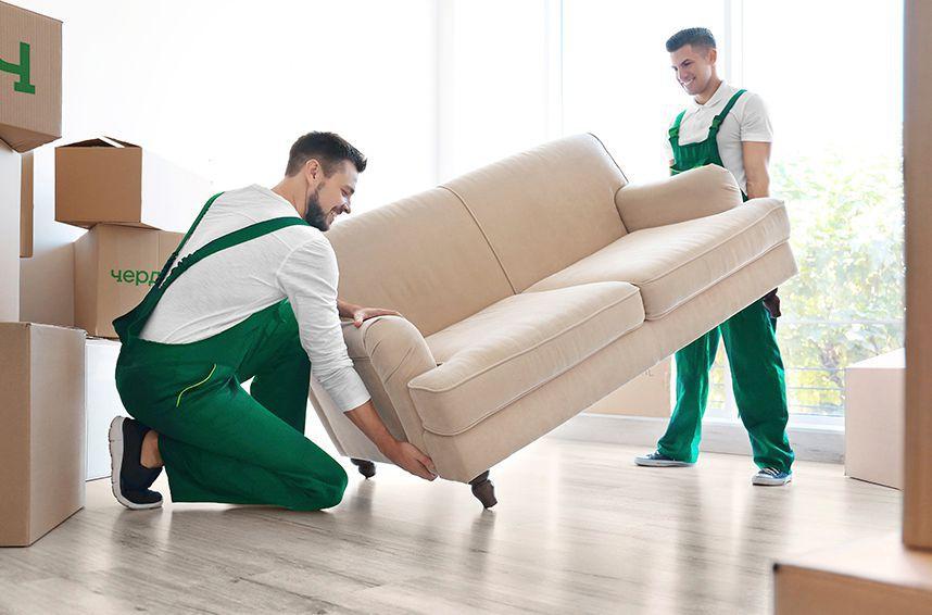 Муверы Чердака осуществляют погрузку мебели