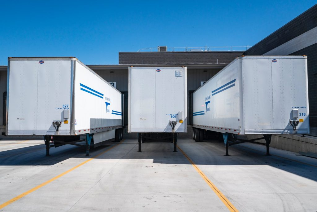 Грузовые прицепы перед разгрузкой товаров на складе ответственного хранения