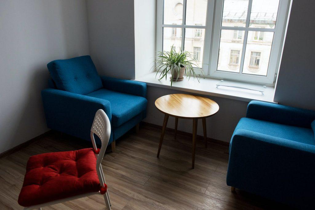 Малогабаритная мебель – стул, небольшие кресла и столик