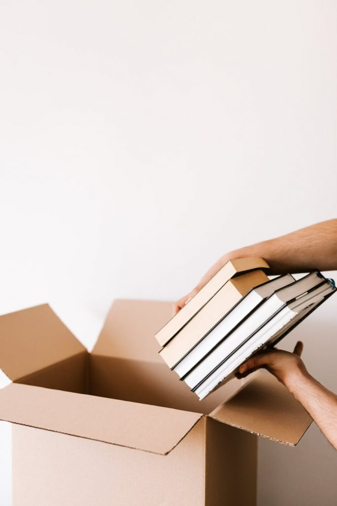 Упаковка книг в коробку