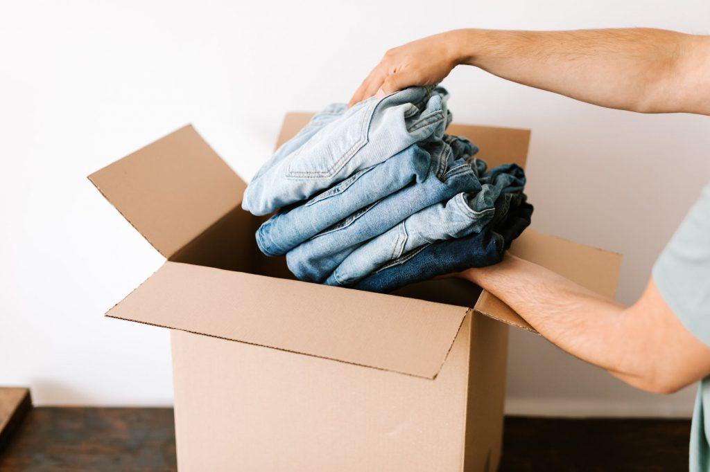 Джинсы стопкой отправляются в коробку