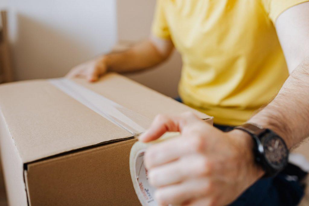 Упаковка вещей перед их сдачей на ответственное хранение