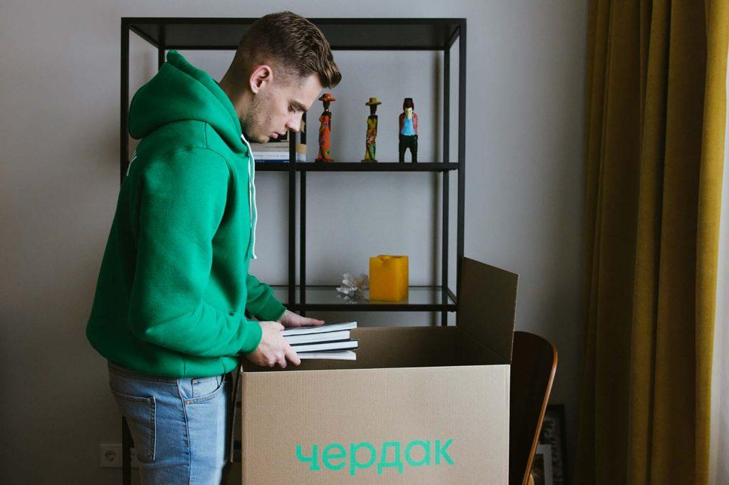 Муверы Чердака упаковывают вещи перед их отправкой на склад