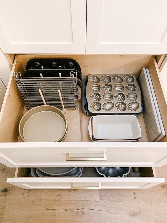 Хранение кастрюль, крышек и формочек на кухне