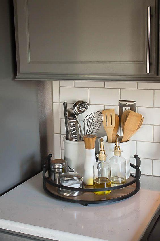 Подставка для мелочей и аксессуаров на кухне