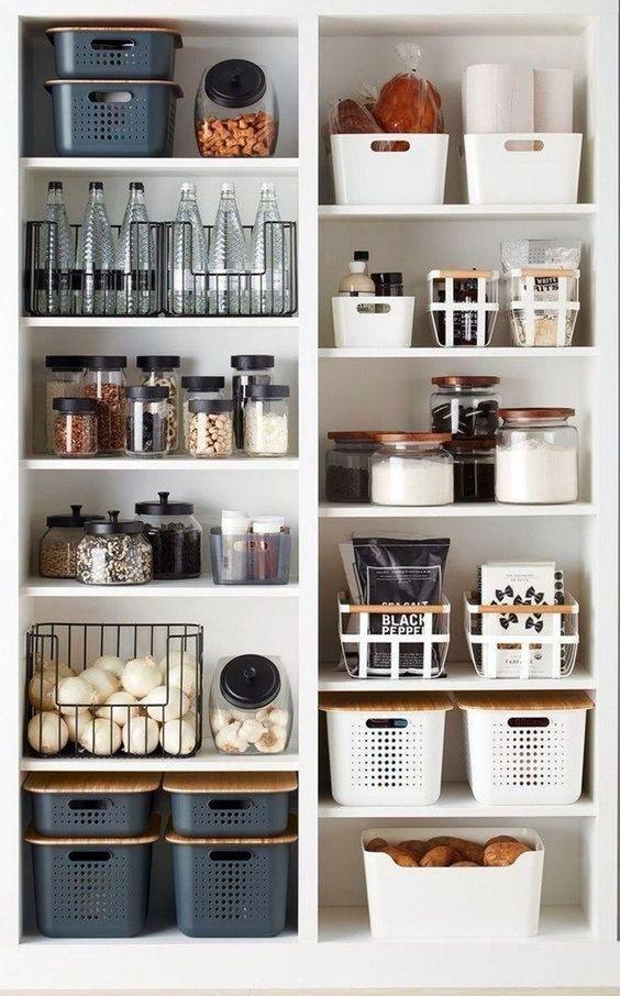 Полки с бакалеей на кухне – первый вариант
