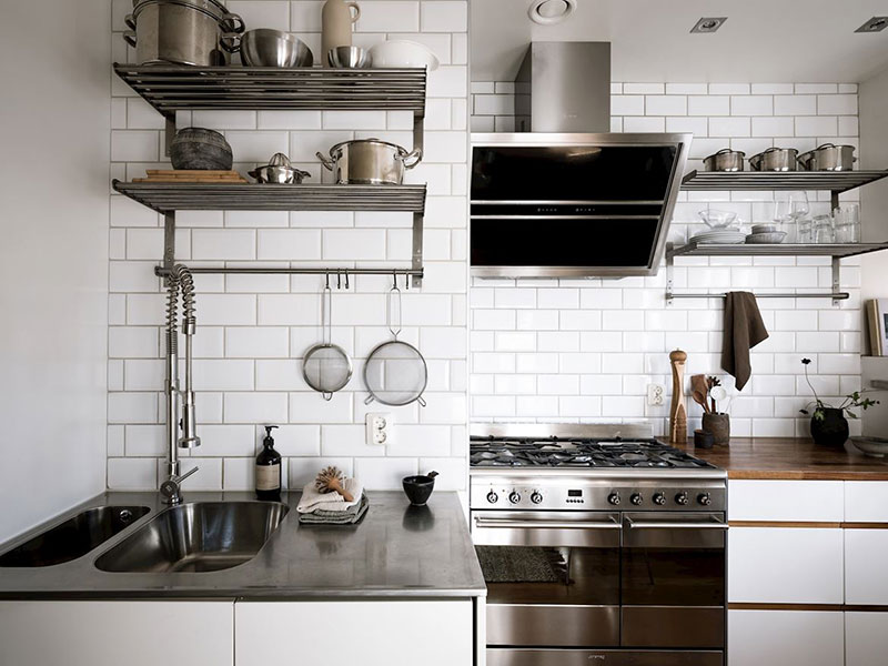 Применение рейлингов на кухонном фартуке