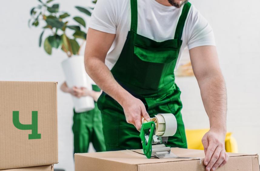 Муверы Чердака в процессе упаковки вещей