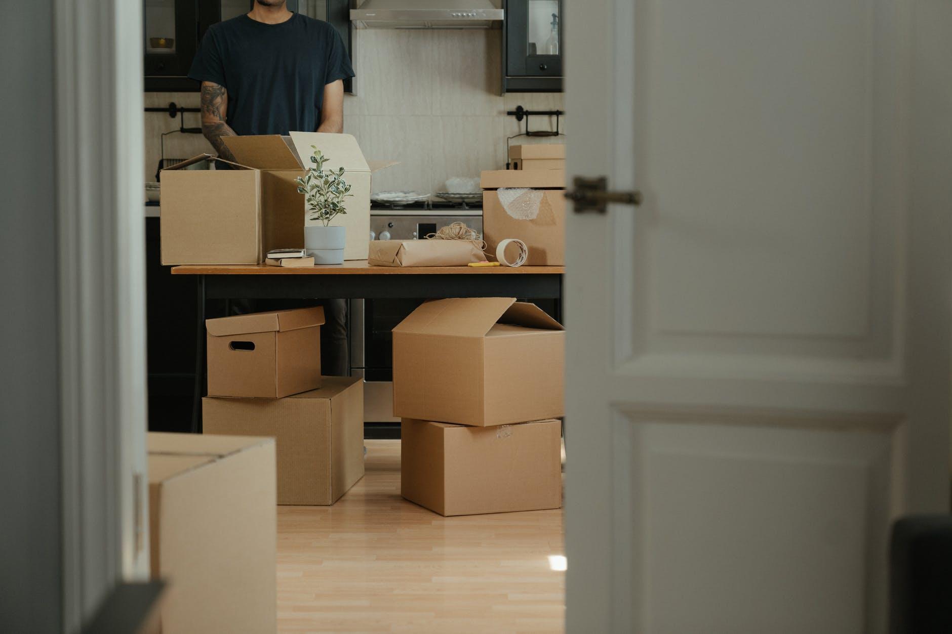 Выбираем упаковку для переезда: коробки, плёнка, сумки