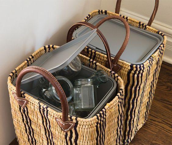 Использование плетёных корзин для маскировки контейнеров с отходами