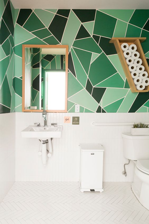 Комбинация плитки и краски в ванной комнате