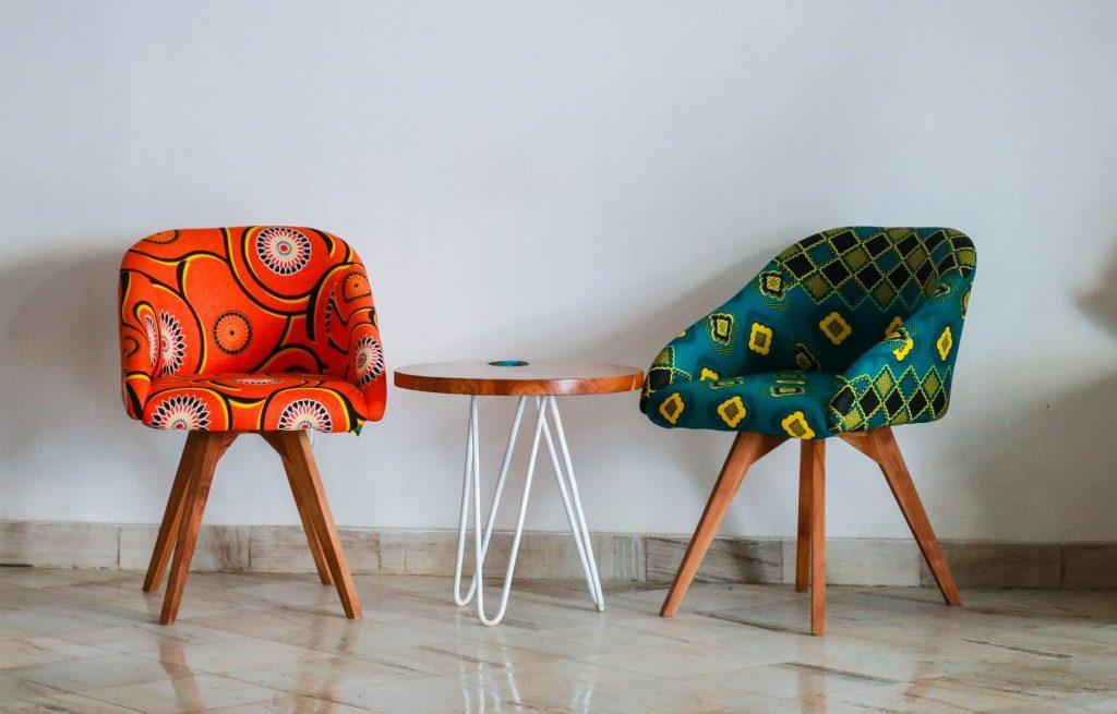 Стандартные вещи домашнего обихода: журнальный столик и мини-кресла