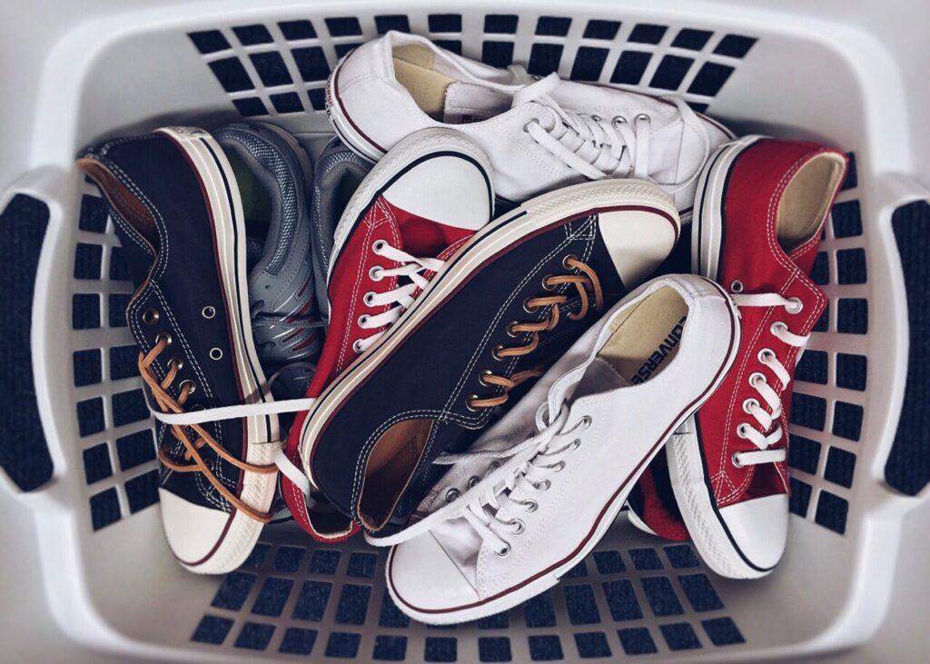 Обувь в корзине