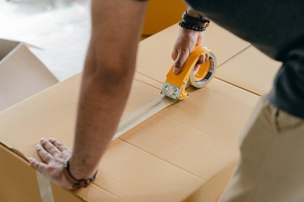 Упаковка вещей перед их отправкой на долгосрочное хранение