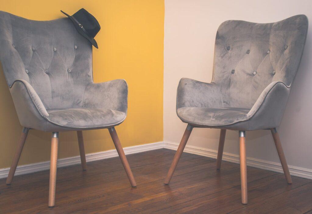 Старые домашние кресла, с которыми жалко расстаться