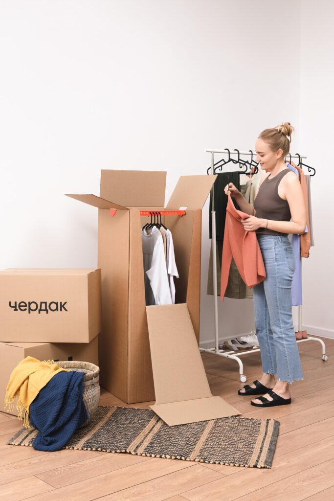 Упаковка одежды в специальные гардеробные коробки