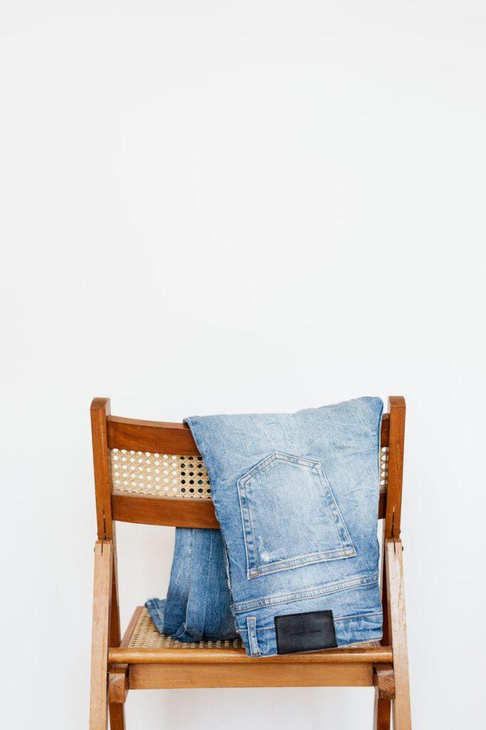 Джинсы – один из самых распространённых предметов в современном гардеробе