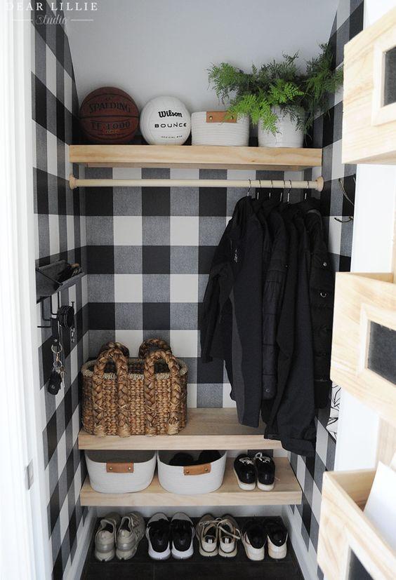 Шкаф в прихожей с несколькими рядами полок разной высоты для разных вещей