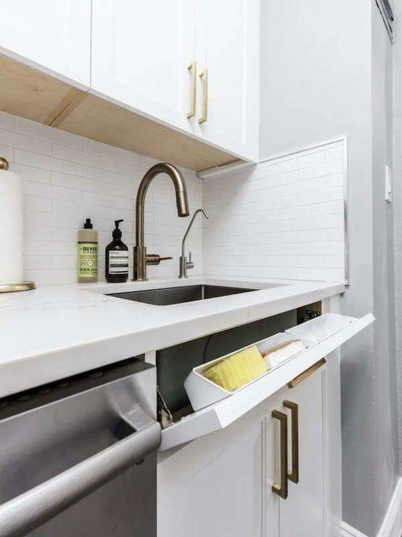 Полочка для губок рядом с кухонной раковиной