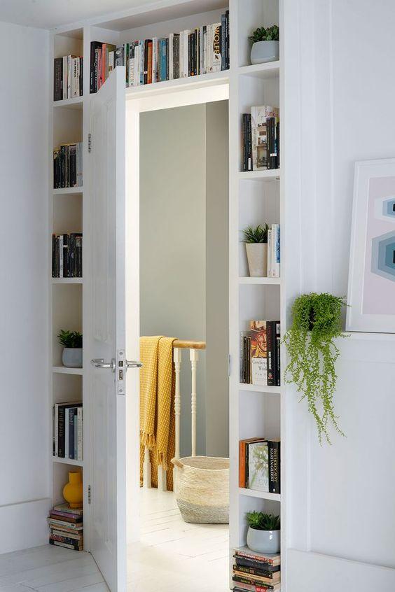 Хранение книг на стеллаже вокруг дверного проёма