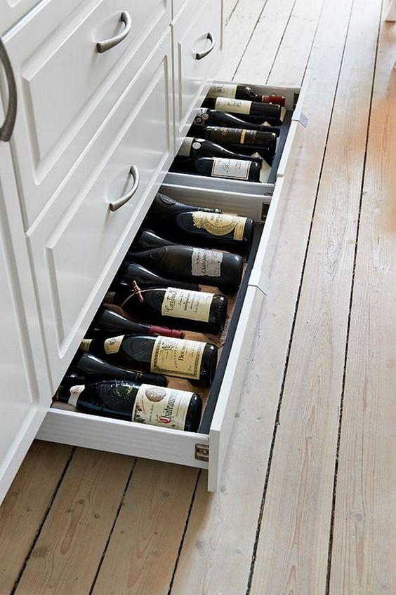 Нижний ящик на кухне для хранения бутылок вина