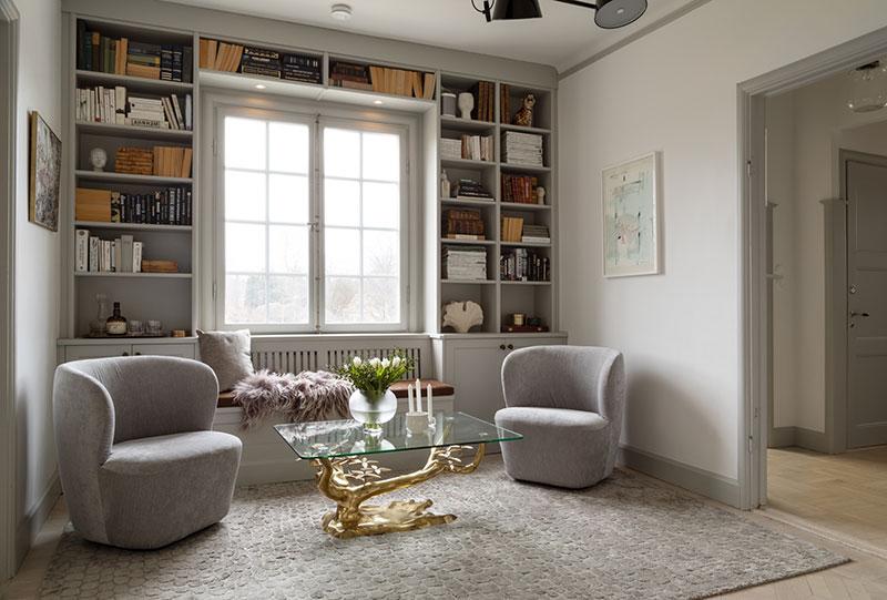 Хранение книг на стеллажах вокруг окна