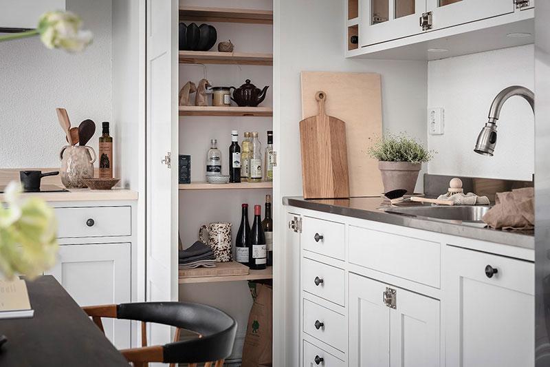 Система хранения в угловой кухонной кладовке