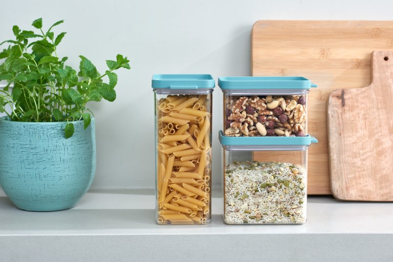 Стеклянные банки для хранения на кухне