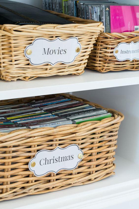 Наклейки и бирки отлично помогают маркировать корзины с вещами